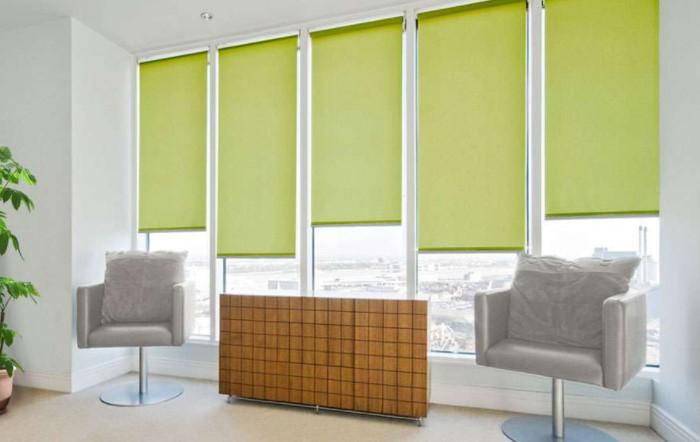 Жалюзи - не единственный вариант штор, которые можно установить для защиты от ультрафиолета / Фото: ecookna.ru