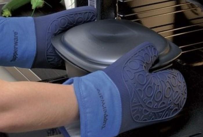 В рукавицах с длинными раструбами удобнее выполнять разные манипуляции / Фото: tupperware-shop.com.ua