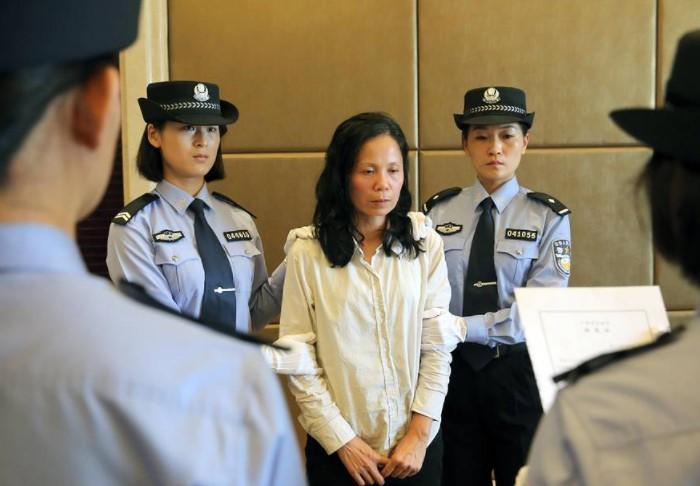 Если чиновник провинился, имущество конфисковали, он выплачивал огромный штраф и отправлялся за решетку / Фото: s.wsj.net