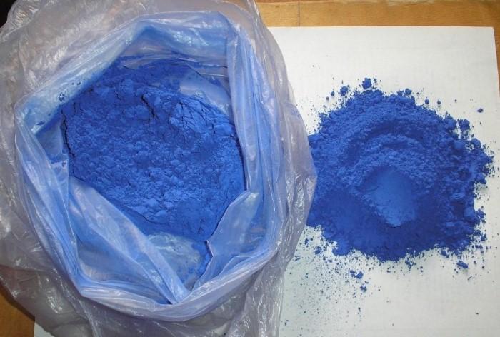 Подходит и жидкая, и порошкообразная синька / Фото: legkovmeste.ru
