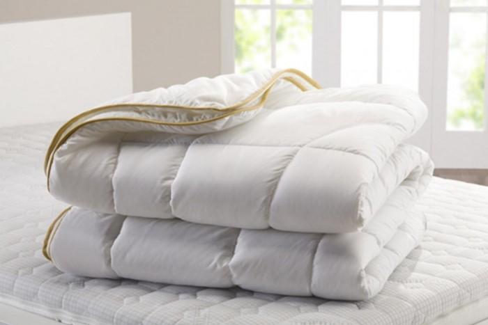 Стирайте одеяло раз в 3 месяца в машинке или руками / Фото: moiposteli.ru