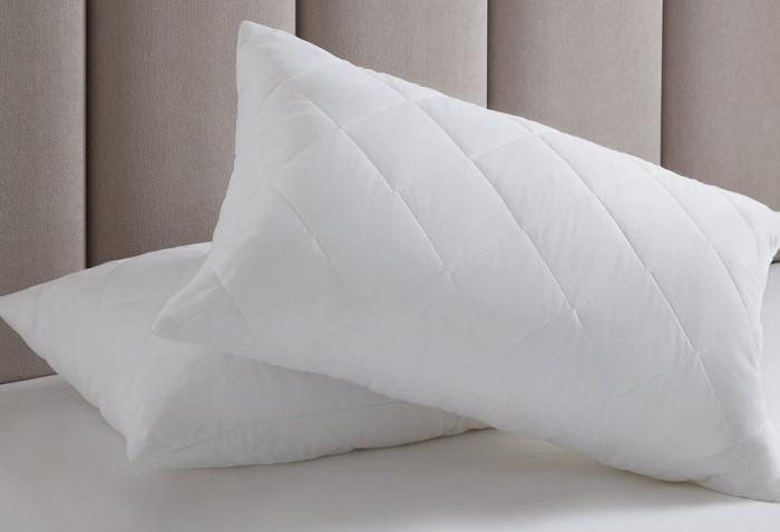 Подушку лучше не отжимать, а обернуть полотенцем и оставить на 30 минут / Фото: bareta.ru