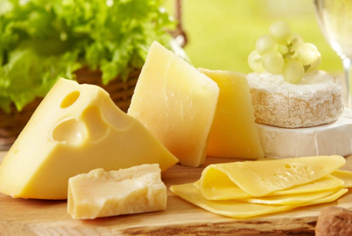 Натуральный сыр имеет молочный вкус и запах / Фото: thedenverear.com