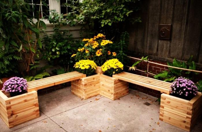 Хорошо смотрятся разноцветные петунии и вьющиеся ампельные растения вроде пеларгонии, герани, вербены, виолы, калибрахоа / Фото: smartagro.com.ua