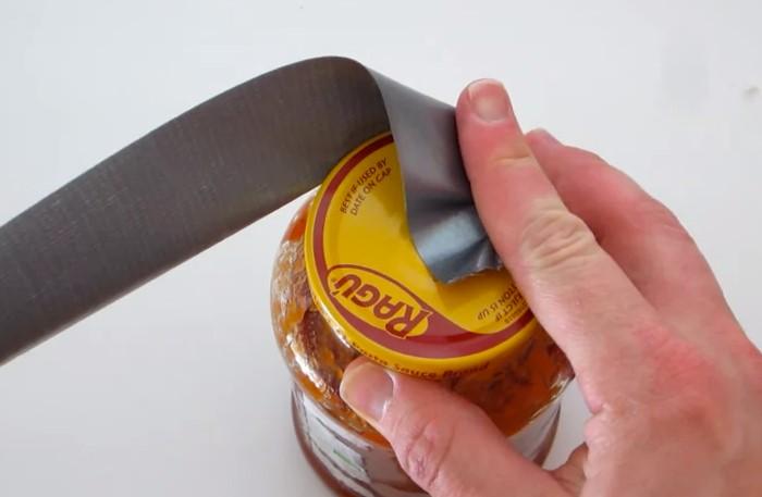 Строительная клейкая лента в один миг откроет крышку / Фото: cdn.lifehacker.ru
