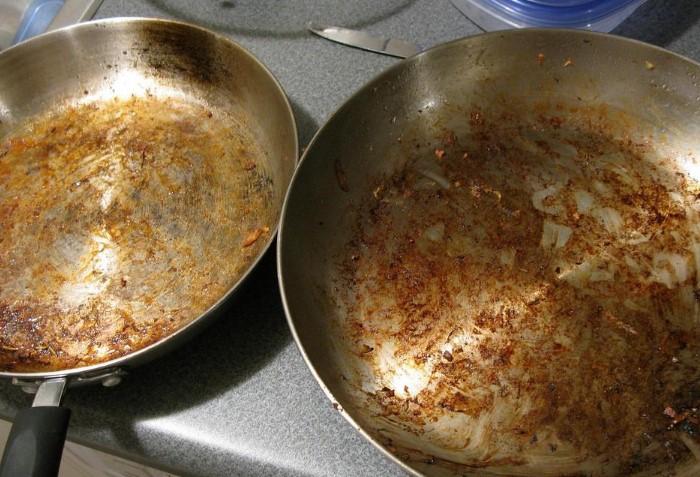 Отмыть сковороду легко - просто добавьте немного соли  / Фото: lemurov.net
