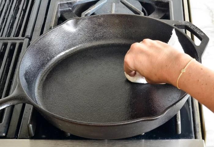 В завершение натрите сковороду растительным маслом, чтобы на ней образовалась антипригарная защита / Фото: remontu.com.ua