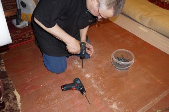 Саморезы можно использовать, если раздражающий звук образуется на стыке соединения лагов и досок настила / Фото: odstroy.ru