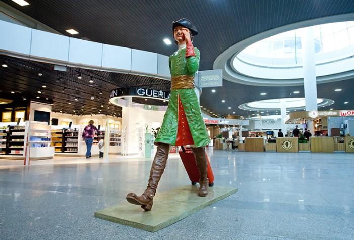 Скульптуры, картины и другие предметы искусства используются не просто для украшения, но как ориентиры для пассажиров / Фото: peterburg-center.ru