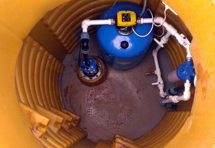 Устье скважины обязательно должно находиться либо в наземном павильоне, либо в камере ниже уровня земли / Фото: septik-good.ru