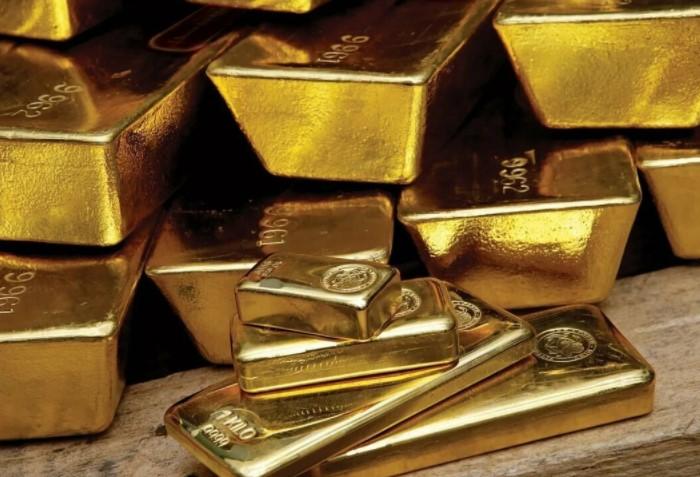 Чтобы получились идеально чистые золотые слитки, из металла нужно удалить все примеси / Фото: catherineasquithgallery.com