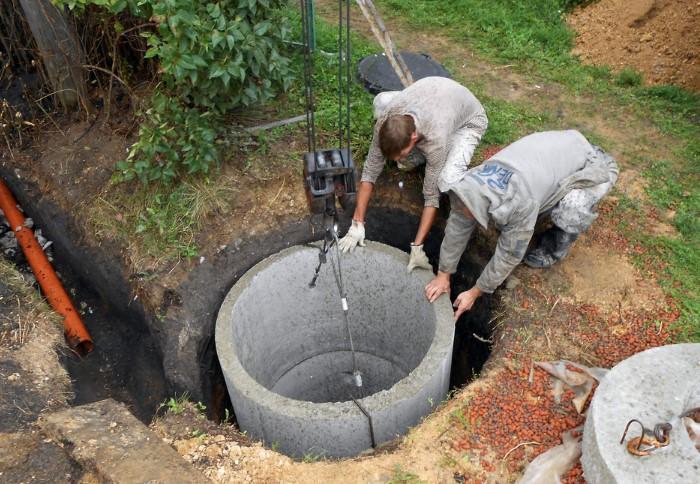Чтобы построить резервуар из бетонных колец, понадобится специальная техника / Фото: remstroi-shop.ru