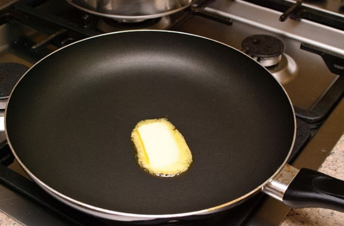 Отрежьте кусочек размером с чайную ложку и смажьте поверхность  / Фото: img.povar.ru