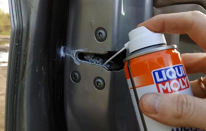 Многие автовладельцы забывают смазывать уязвимые элементы машины