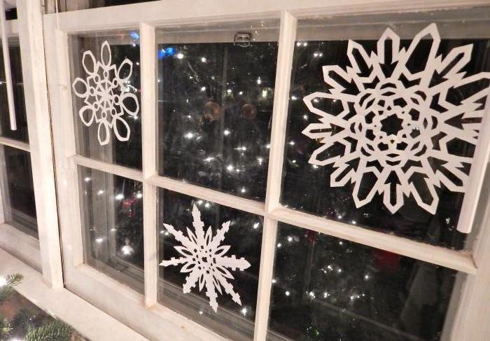 Бумажные снежинки легко клеятся на мыльный раствор / Фото: syl.ru
