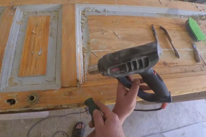 Следующий этап - удалить краску, чтобы оценить состояние полотна и увидеть все дефекты / Фото: i.ytimg.com