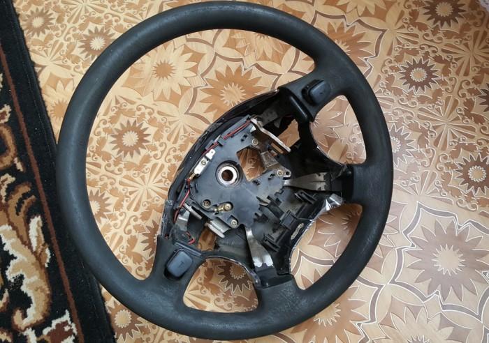Чтобы не испачкать салон и удобнее выполнять реставрацию, рекомендуем предварительно снять руль / Фото: a.d-cd.net