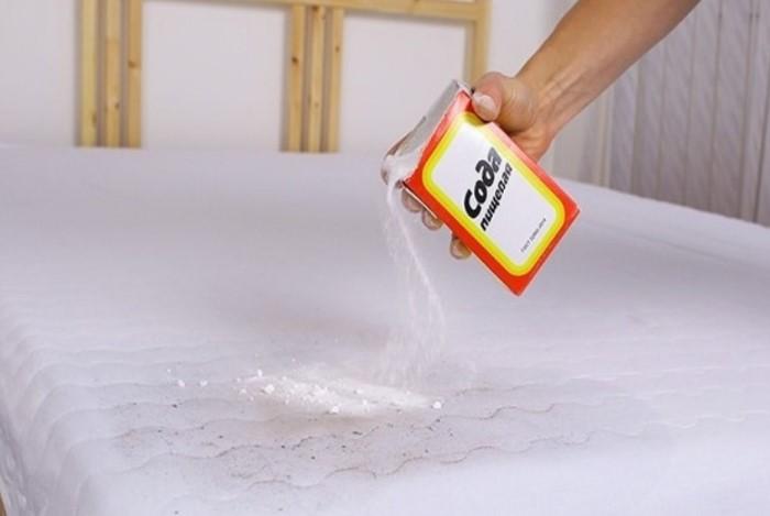 Полезные свойства соды пригодятся и для чистки матраса / Фото: navolne.life