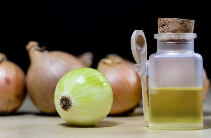 Аппликации с луковым соком эффективно удаляют пигментацию / Фото: dompchel.ru