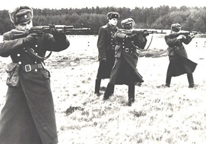 С 1949 года автоматы Калашникова приняли на вооружение армии СССР / Фото: cdn3.russian7.ru