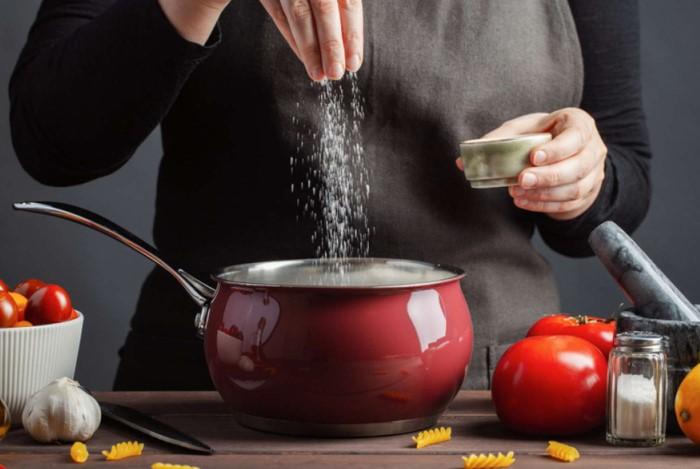 Если хотите отказаться от соли, постепенно уменьшайте ее количество