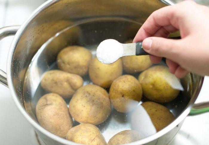 Если солить воду заранее, во время отваривания картофель вберет слишком много белого продукта / Фото: fb.ru