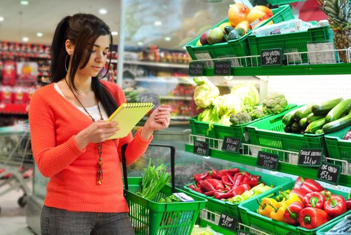 Перед походом в магазин составляйте список продуктов и не покупайте ничего лишнего / Фото: vsezdorovo.com