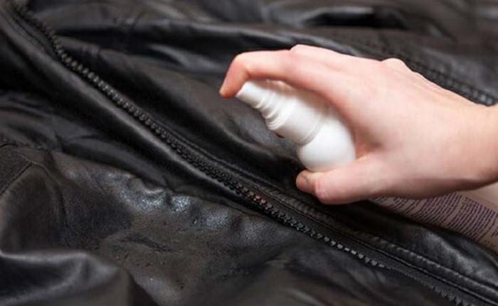 Можно воспользоваться и бытовой химией, а именно спреем для разглаживания / Фото: sdelai-lestnicu.ru