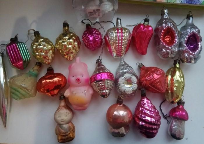 Стертые игрушки можно отреставрировать и сочетать на новогодней елке с современными украшениями / Фото: tribuna-krutinka.ru