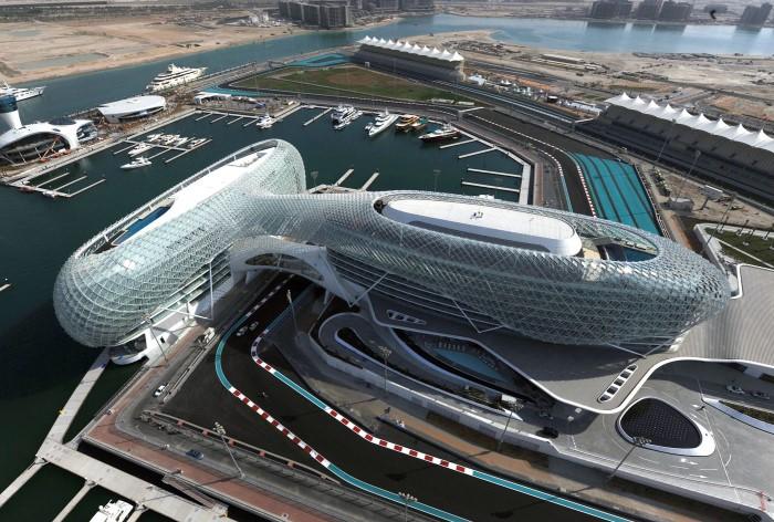 На этом стадионе проходит один из этапов чемпионата Мира по автогонкам - Гран-при Абу-Даби Формулы 1 / Фото: novonovo.ru