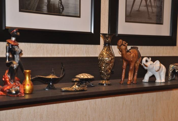 Магниты на холодильнике, статуэтки, фигурки и другие сувениры только собирают пыль / Фото: obustroeno.com