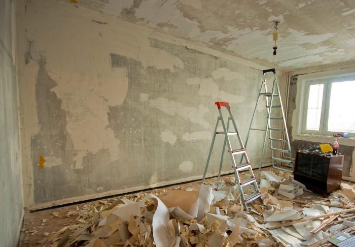 Если на стенах есть изъяны, которые не исправить, подбирайте маскирующие обои / Фото: sense-life.com