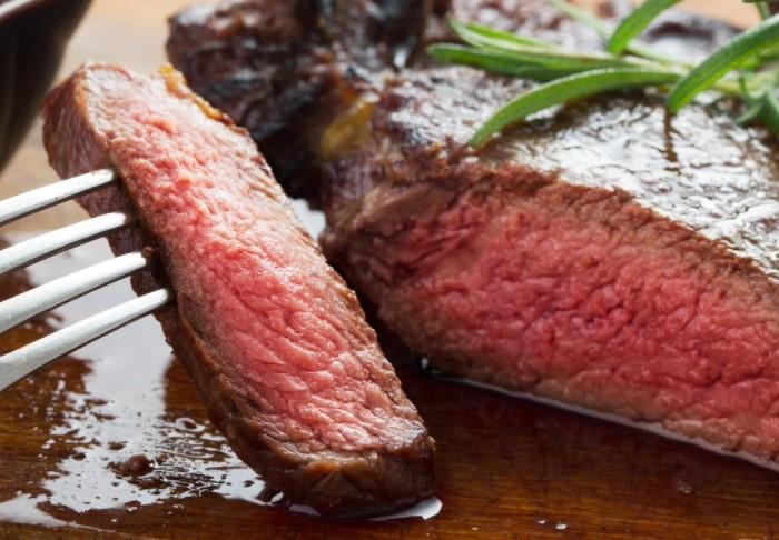 Сырые или полусырые блюда, например, стейк с кровью, могут обернуться заражением гельминтозом / Фото: pbs.twimg.com