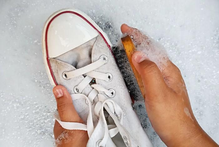 Предварительно спортивную обувь нужно замочить / Фото: cdn.apartmenttherapy.info