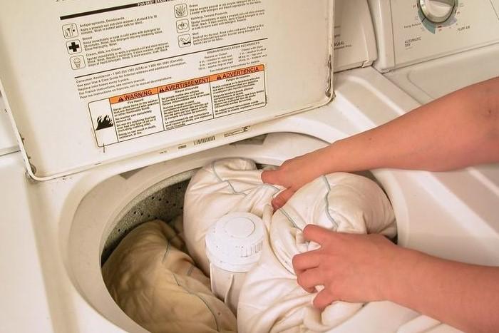 Если барабан маленький, стирайте по одной подушке за раз / Фото: tvjam.ru