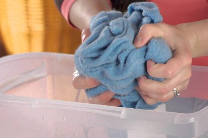 Повторная стирка в прохладной воде поможет вернуть одежде прежний вид / Фото: freelancehack.ru