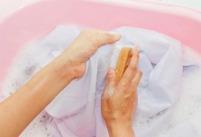 Хозяйственное мыло гипоаллергенно и подходит для стирки детских вещей / Фото: mebel-expert.info