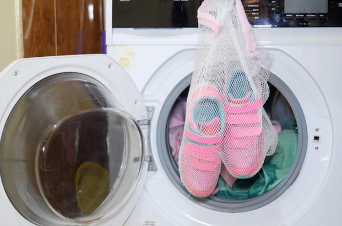 Положите кроссовки в специальный мешочек или поместите в барабан старые полотенца / Фото: media.acc.cv.ua