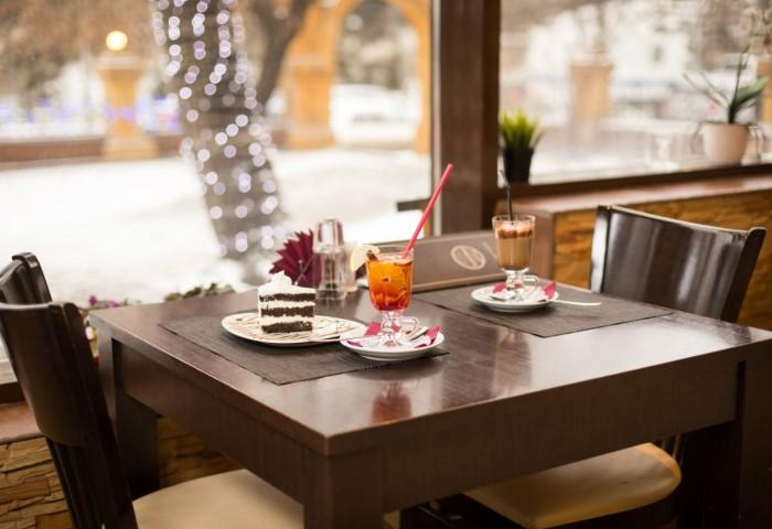 Нарядно одетым гостям предлагают столики у окна, на летней площадке или у входа / Фото: m.alterainvest.ru