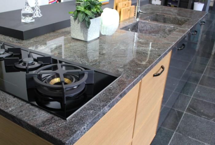 Для искусственного камня тоже может потребоваться прочный дорогостоящий каркас / Фото: stoleshnica-fasad.ru