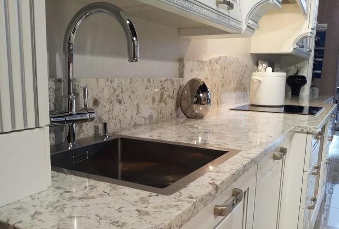 Для кухонной столешницы важно подобрать материал, который выдержит и механическое воздействие, и температурные перепады