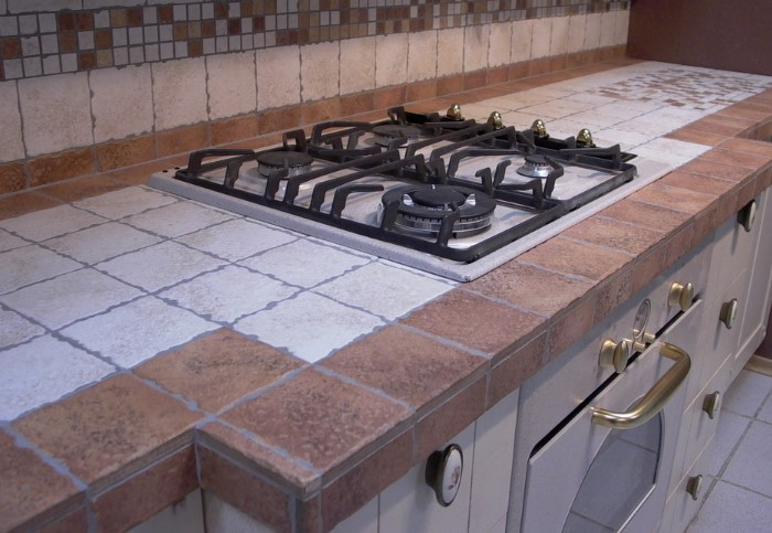 Плитка - трудоемкое и сложное в уходе покрытие для кухонной столешницы / Фото: professionalmebel.com