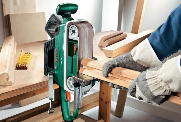 Работайте с древесиной только в защитных перчатках / Фото: peral.ua