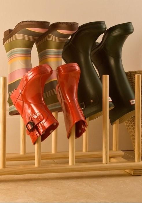 Стойка для вертикального хранения - удобный вариант для промокших сапог / Фото: ostrnum.com