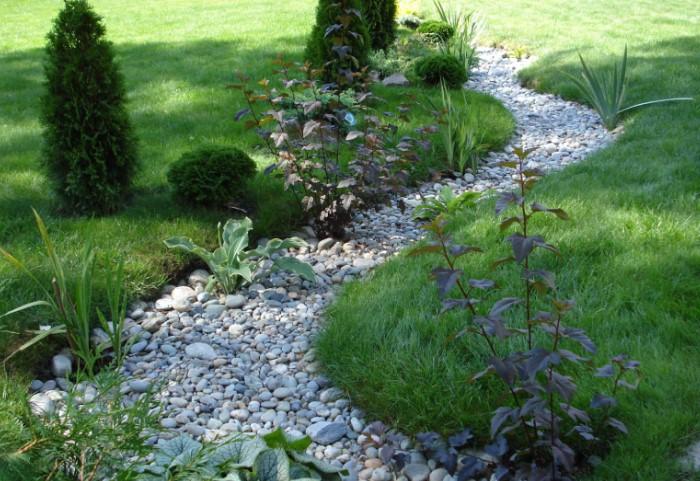 Сухой ручей украсит территорию и станет изюминкой вашего ландшафтного дизайна