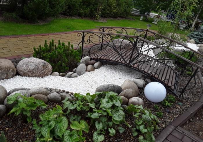 Если есть возможность, сделайте над ручейком мост, который придаст композиции натуралистичности / Фото:domastroika.com
