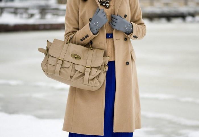 Лучше всего носить сумку в руках, чтобы она не терлась об пальто / Фото: i.pinimg.com