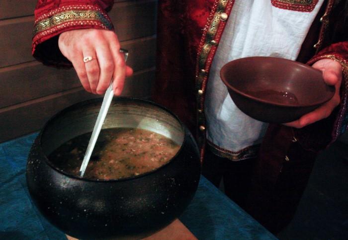 Русская кухня богата супами, которые начали готовить еще во времена Руси