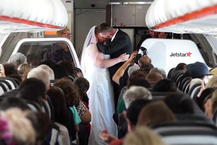 Пилот может поженить влюбленную пару на борту самолета только в романтических фильмах  / Фото: res.cloudinary.com
