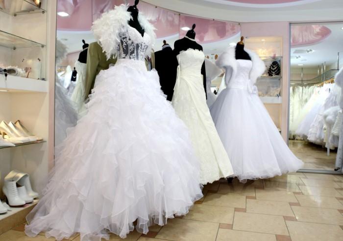 Зачастую после свадьбы платье просто пылится в шкафу / Фото: wedding.4banket.ru